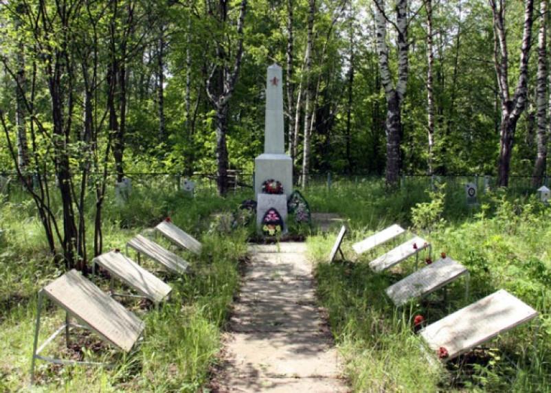 За смоленскими военными захоронениями ухаживают москвичи