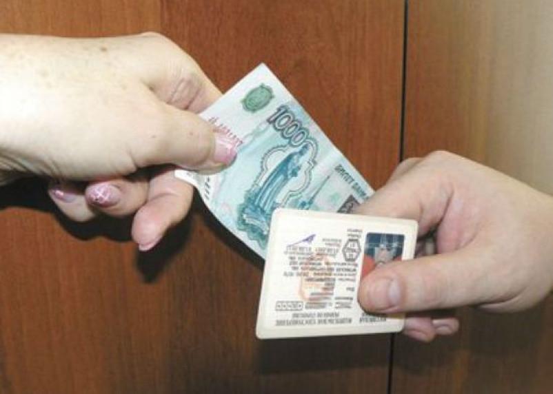 За выдачу липовых прав директора смоленской автошколы будут судить