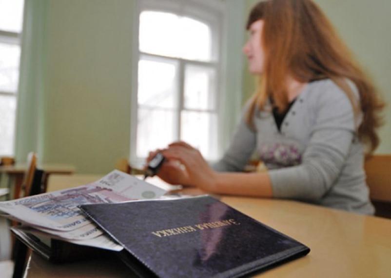 Рославльского преподавателя осудили за взятки