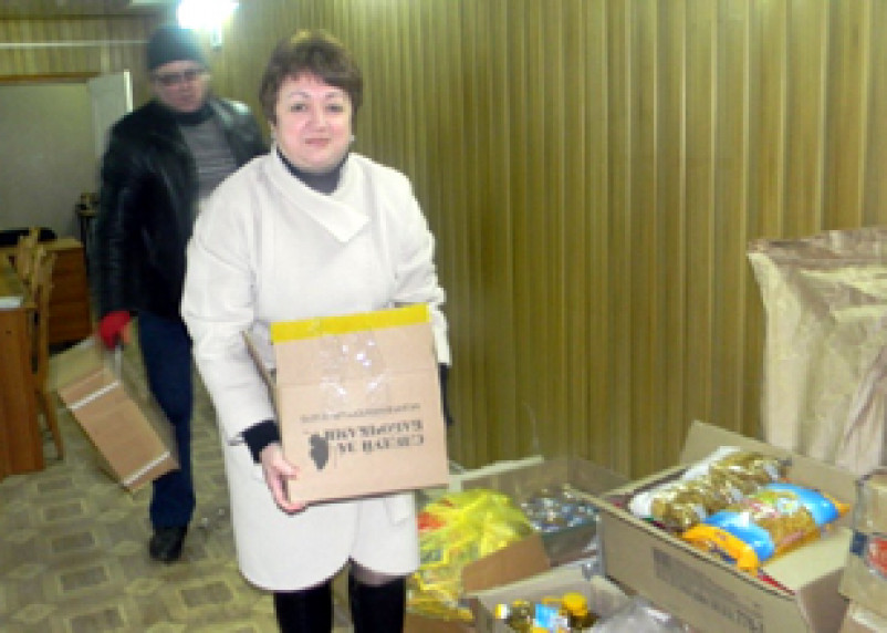 Жители Кардымово передали в Донбасс продукты питания