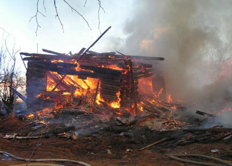 В Ярцевском районе сгорела хозпостройка с животными