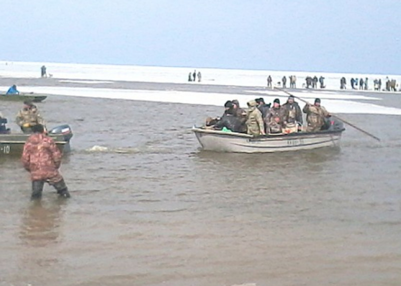 Смоленские полицейские спасли с отколовшейся льдины 30 рыбаков