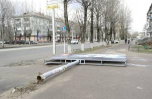 В Смоленске упал рекламный щит