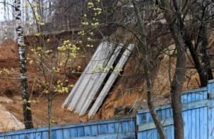 На обвалившемся под смоленским домом участке земли начали укреплять грунт