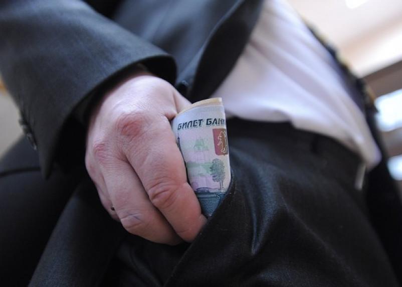Сотрудники смоленского госучреждения получали до 350% надбавки к зарплате