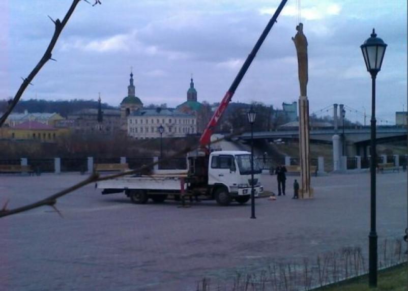 На смоленской набережной примерили муляж памятника Владимиру