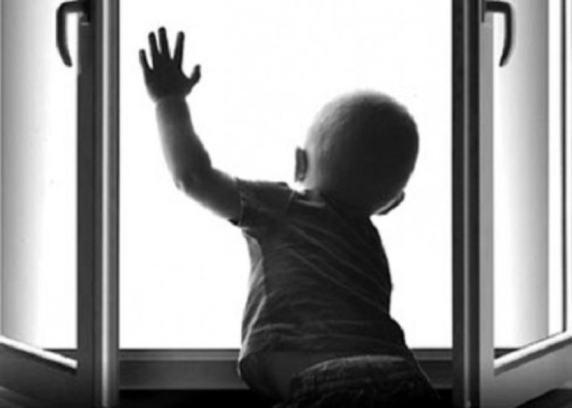 В Смоленске из окна выпал еще один малыш