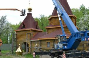 Смоленский храм во имя Иоанна Кронштадского обрел освященный крест и купол