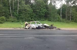 На трассе М1 горящий автомобиль собрал огромную пробку