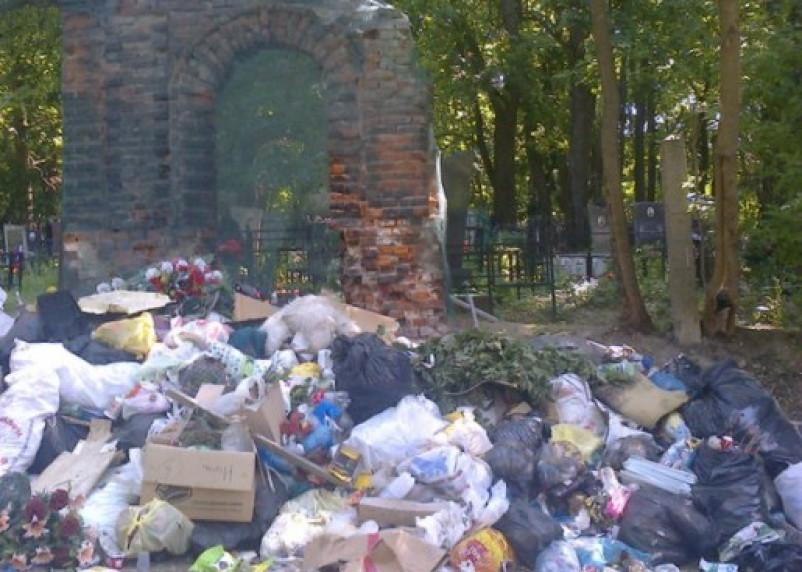 Кладбища в Смоленске превратились в свалку мусора