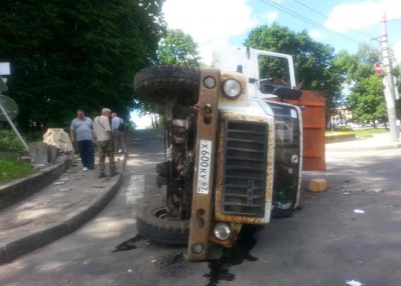 Водитель мусоровоза в Смоленске положил машину на бок