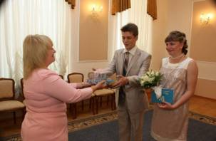 В Смоленске поздравили тысячную пару молодоженов