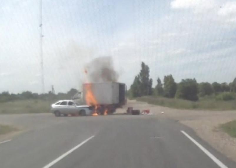 Взрыв двух автомобилей в Смоленском районе снят на видео случайным свидетелем