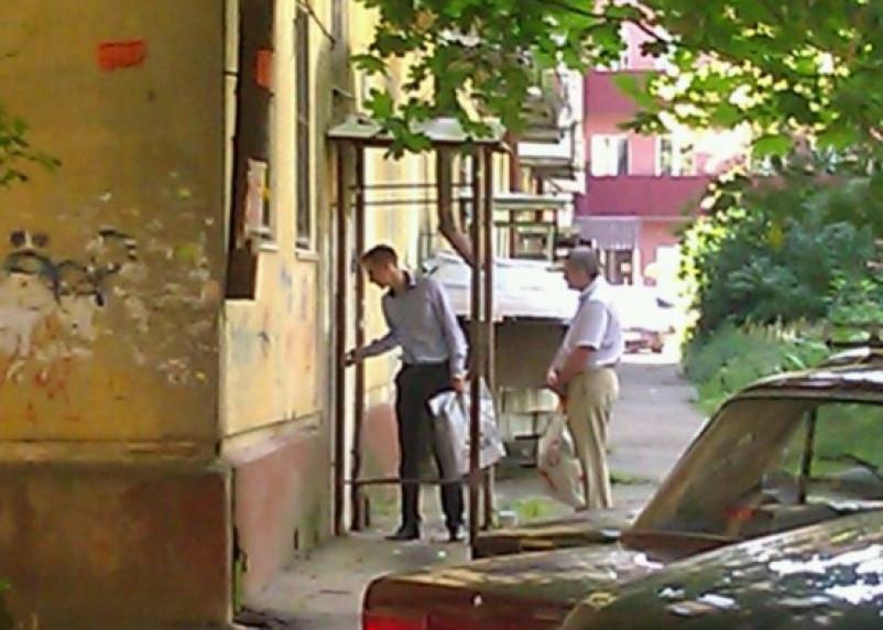 Расправа работников ЖЭУ над «Смоленской народной газетой» попала на видео