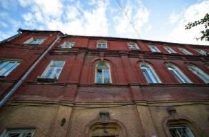 Красный дом на набережной просит о помощи