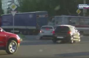 В Сети появилось видео ДТП с трамваем и фурой в Смоленске