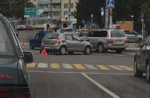 В Смоленске на улице Нормандии-Неман столкнулись два автомобиля