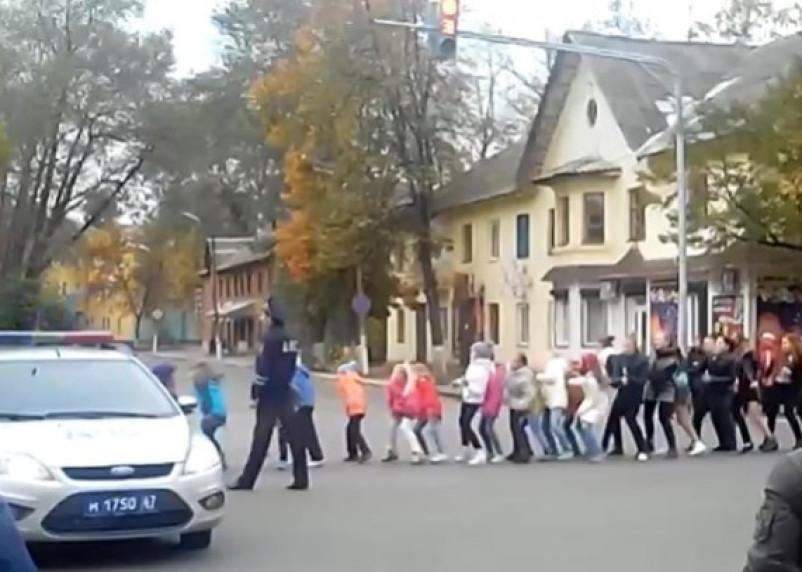 Танцы с мигалкой. Сафоновские полицейские взрывают Интернет