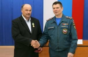 Сотрудник смоленского Пожарно-спасательного центра получил награду за спасение утопающего