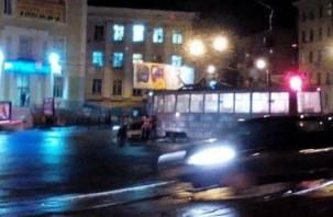 На площади Победы легковушка не успела проскочить перед трамваем