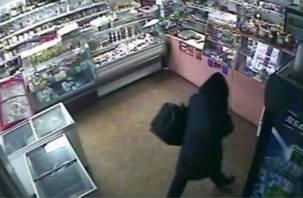 Рославльский «каратист» ограбил магазин, переодевшись в женский плащ
