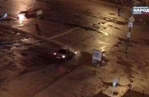 В Сети появилось видео ночного провала легковушки в траншею «Квадры»