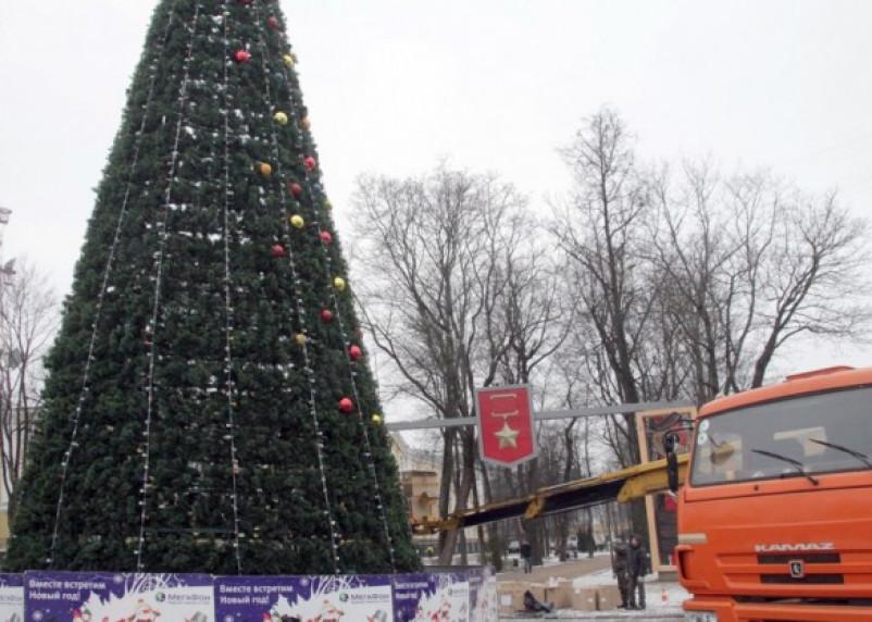 Сегодня главную новогоднюю елку Смоленска украсили