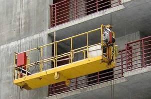 В Смоленске сорвалась строительная люлька вместе с рабочим