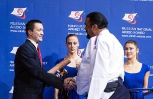 Стивен Сигал наградил смоленского тренера