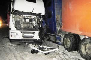 В Гагаринском районе «по цепочке» столкнулись три грузовика и легковушка