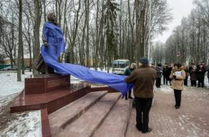 В Ельне появился памятник женщине-матери