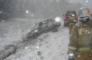 «Тойота» столкнулась с «Газелью» на трассе М-1. Пострадала женщина
