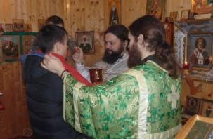 Служитель церкви в канун Крещения освятил колонию-поселение №7