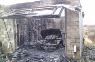 В Смоленске сгорел гараж с автомобилем