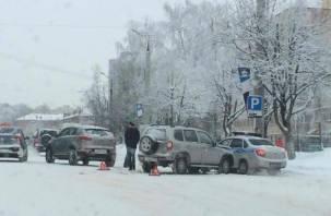 Снегопад затрудняет движение транспорта в Смоленске