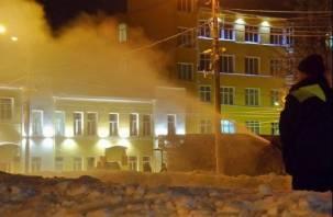 В центре Смоленска заливают ледяные горки