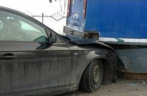 Еще одно авто влетело под трамвай в Смоленске