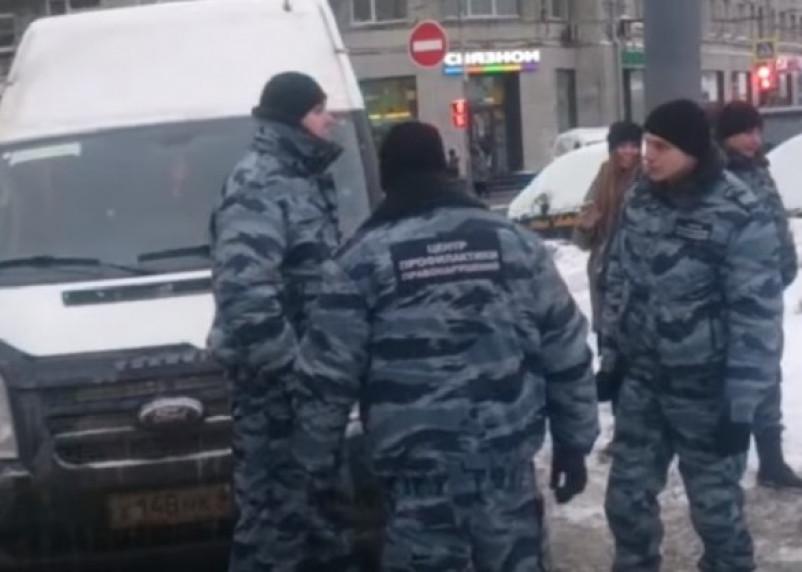 В Москве «боевики» задерживают автобусы на Смоленск