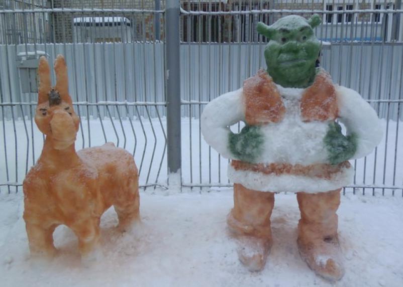 В исправительных колониях Смоленской области слепили из снега Бабу Ягу и Шрэка