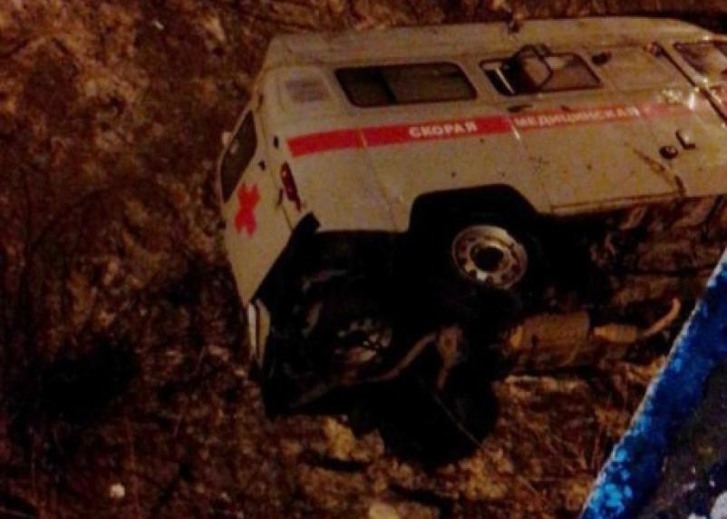 Три человека пострадали в результате падения скорой с моста в Смоленске