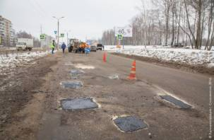 Дорожники латают дыры на опасных участках