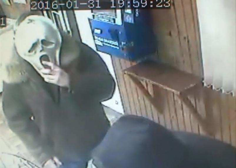 В Сети появилось видео разбойного нападения на магазин в Вязьме