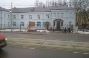 Ветер снес остановку на улице Фрунзе в Смоленске