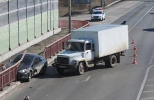 На трассе М1 в Ярцеве легковушка влетела в ограждение