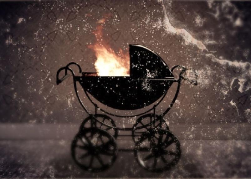 Маленький ребенок чуть не погиб из-за горящей коляски