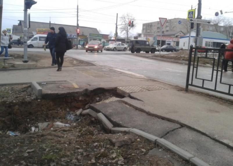 На месте отремонтированной теплотрассы в Смоленске обрушился тротуар