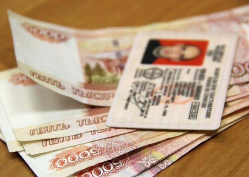 В Смоленске директор автошколы выдавал фальшивые права