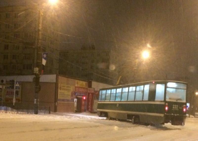 Снегопад в Смоленске: трамвай поперек дороги и множество ДТП