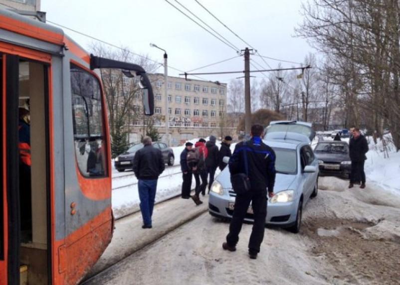 Бездействие коммунальщиков привело к транспортному коллапсу в Смоленске