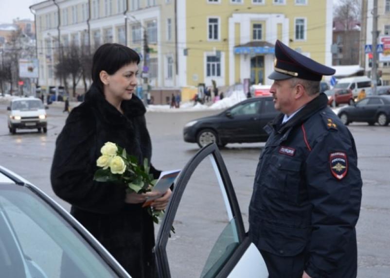 Смоленские автоледи получили розы от руководства ГИБДД